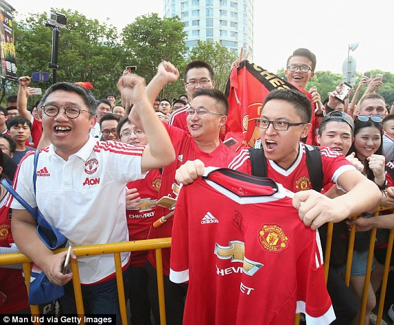 Fan MU Trung Quoc nhuom do khan dai o tran gap Dortmund hinh anh 5