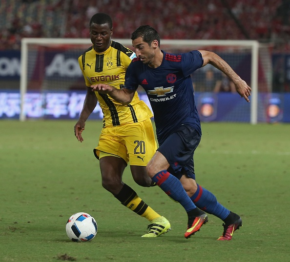 Fan MU Trung Quoc nhuom do khan dai o tran gap Dortmund hinh anh 6