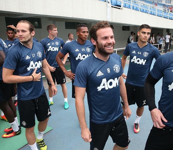 Fan doi mua xem MU tap truoc derby Manchester hinh anh 9