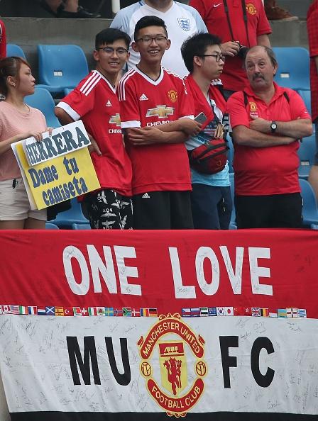 Fan doi mua xem MU tap truoc derby Manchester hinh anh 5