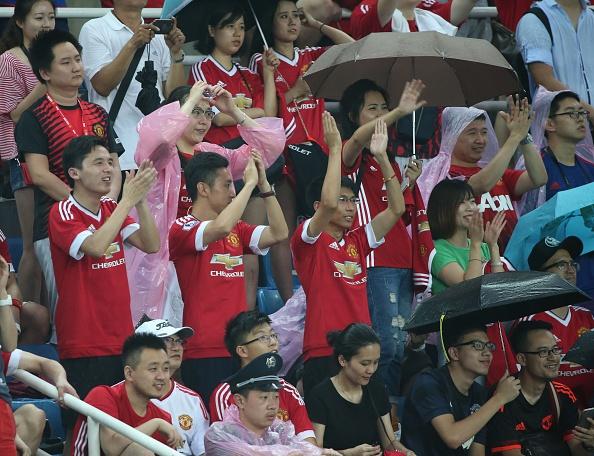 Fan doi mua xem MU tap truoc derby Manchester hinh anh 1