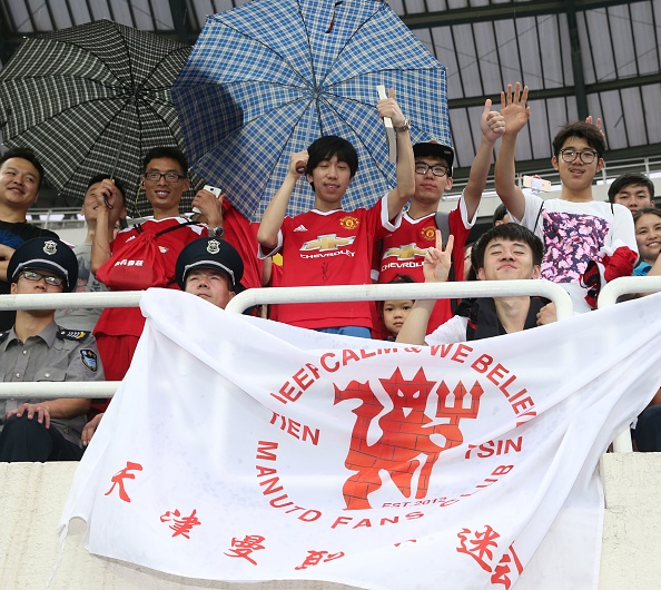 Fan doi mua xem MU tap truoc derby Manchester hinh anh 2