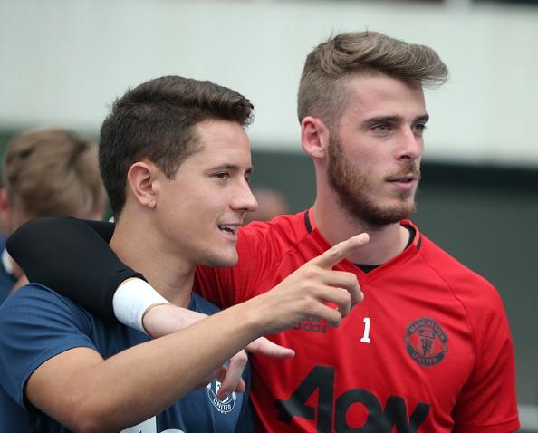 Fan doi mua xem MU tap truoc derby Manchester hinh anh 7