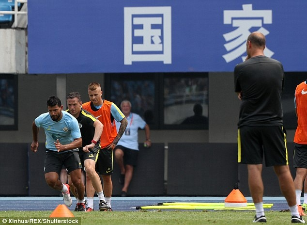 Guardiola loai cau thu beo khoi doi hinh Man City hinh anh 7