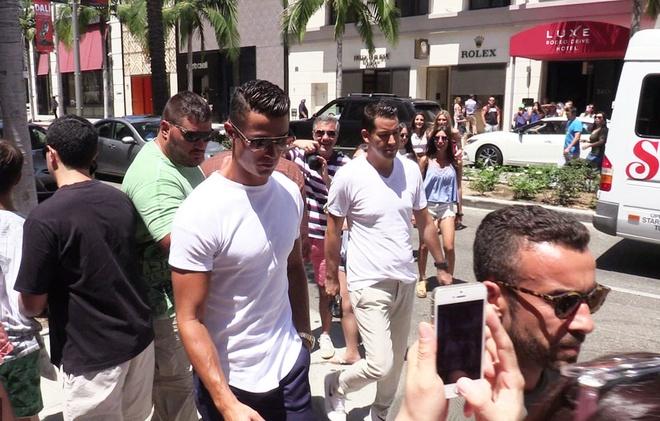 Fan phan khich chup anh Ronaldo dao pho hinh anh 3
