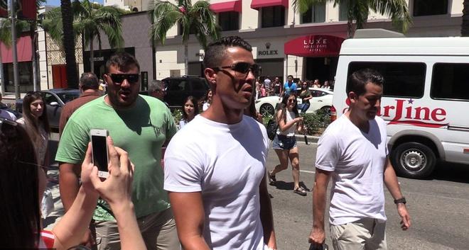 Fan phan khich chup anh Ronaldo dao pho hinh anh 1