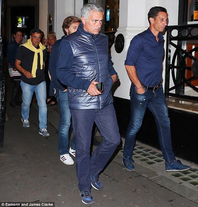 Mourinho cung cong su di bo den nha hang an toi hinh anh 1