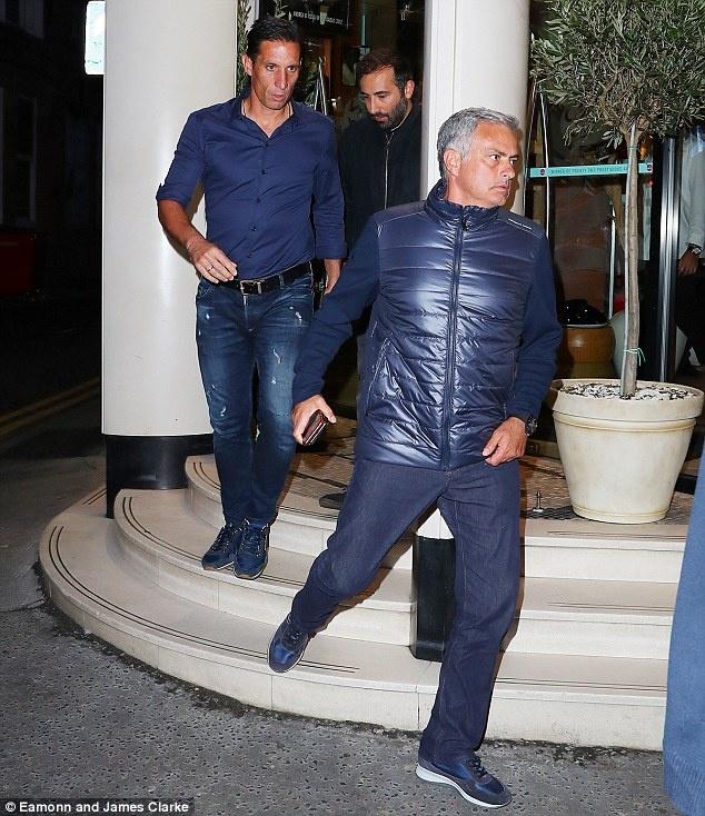 Mourinho cung cong su di bo den nha hang an toi hinh anh 2