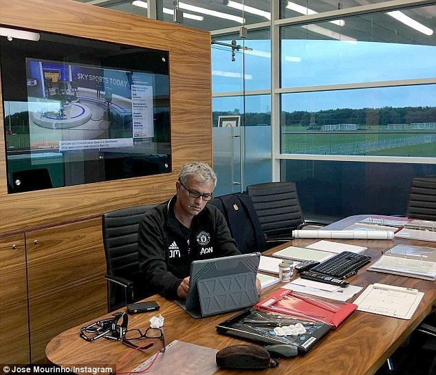 Mourinho cung cong su di bo den nha hang an toi hinh anh 6