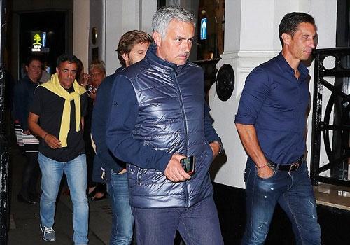 Mourinho cung cong su di bo den nha hang an toi hinh anh