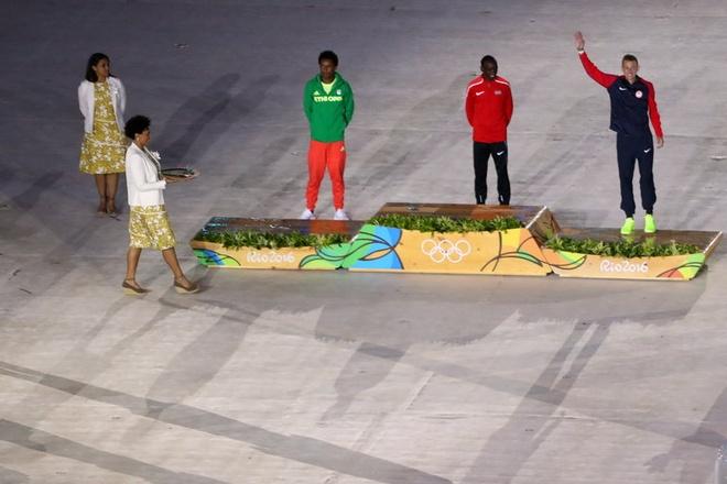 Be mac Olympic 2016: Thu tuong Nhat hoa than Super Mario hinh anh 19