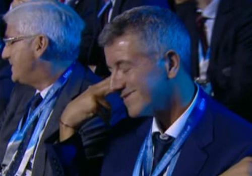 Giam doc Atletico lam hanh dong 'tu sat' khi gap Bayern hinh anh