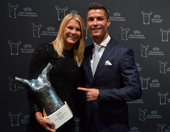Ronaldo hao hung ky tang fan, cuoi tuoi khi duoc vinh danh hinh anh 5