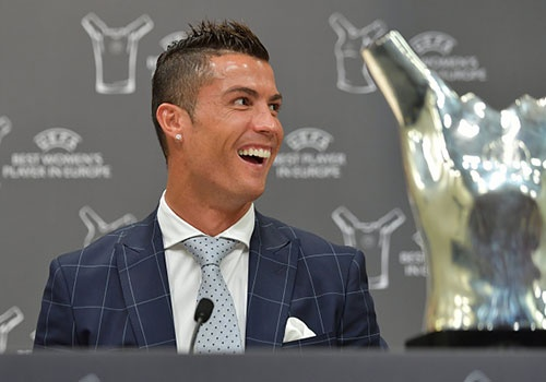 Ronaldo hao hung ky tang fan, cuoi tuoi khi duoc vinh danh hinh anh