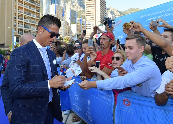 Ronaldo hao hung ky tang fan, cuoi tuoi khi duoc vinh danh hinh anh 8