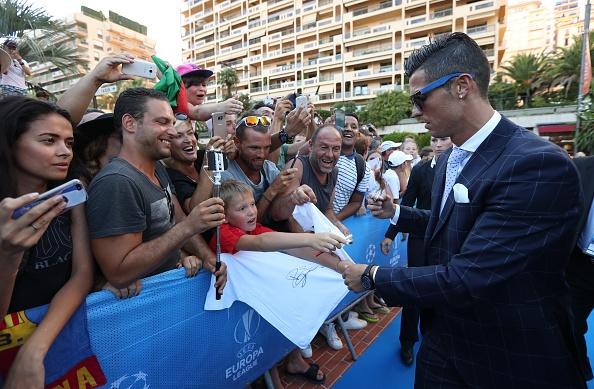 Ronaldo hao hung ky tang fan, cuoi tuoi khi duoc vinh danh hinh anh 9