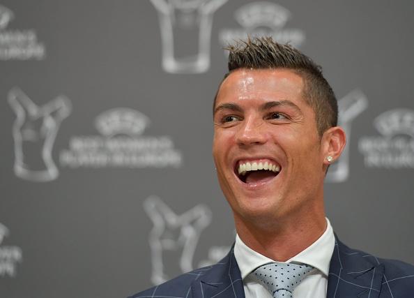 Ronaldo hao hung ky tang fan, cuoi tuoi khi duoc vinh danh hinh anh 3