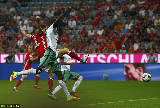 Lewandowski lap hat-trick, Bayern thang tran mo man 6-0 hinh anh 7