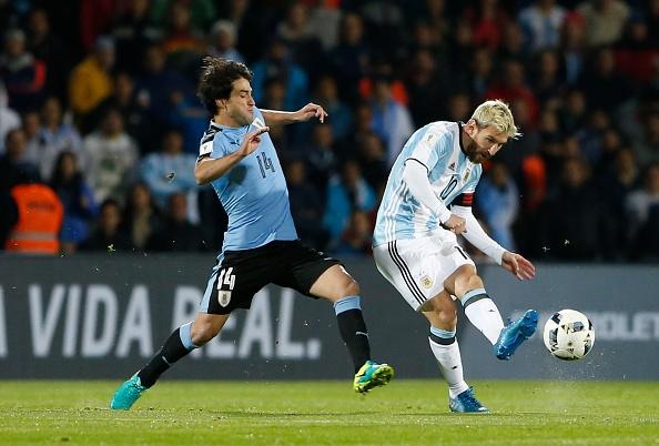 Messi nen dau ra san, ghi ban giup Argentina len ngoi dau hinh anh 1