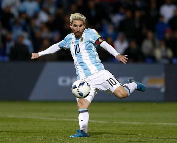 Messi nen dau ra san, ghi ban giup Argentina len ngoi dau hinh anh 2