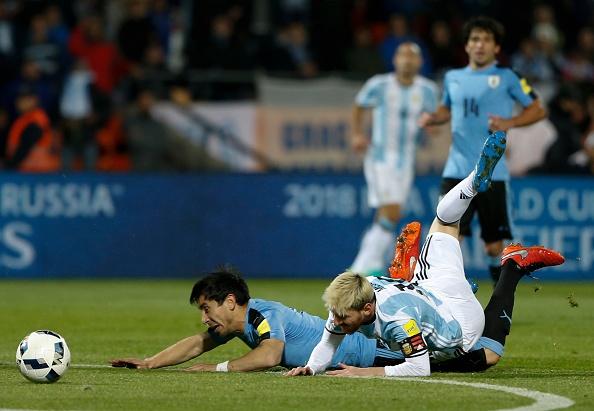 Messi nen dau ra san, ghi ban giup Argentina len ngoi dau hinh anh 7
