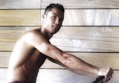 Cristiano Ronaldo ren co bung trong phong tap hinh anh