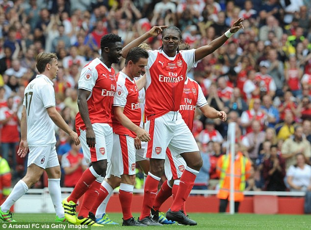 Doi huyen thoai Arsenal thang 4-2 nho hat-trick cua Kanu hinh anh 1