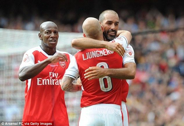 Doi huyen thoai Arsenal thang 4-2 nho hat-trick cua Kanu hinh anh 4