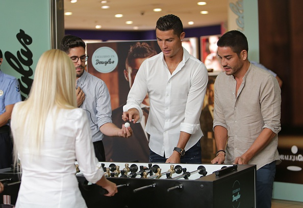 Ronaldo choi tieu xao truoc nguoi ham mo hinh anh 1