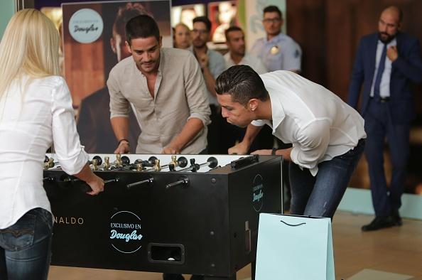 Ronaldo choi tieu xao truoc nguoi ham mo hinh anh 4