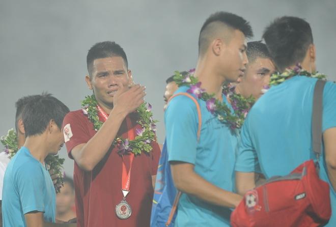 Cau thu Hai Phong khoc khi nhan HCB V.League 2016 hinh anh