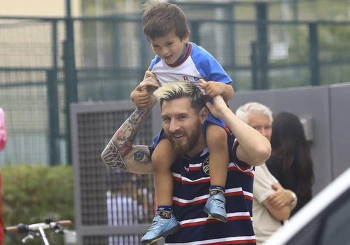Lionel Messi vui ve dua con den truong hinh anh