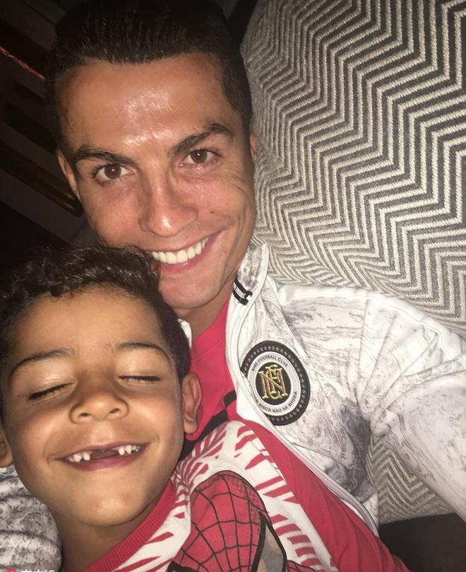 Nhung hinh anh Ronaldo the hien tinh yeu danh cho con hinh anh 2