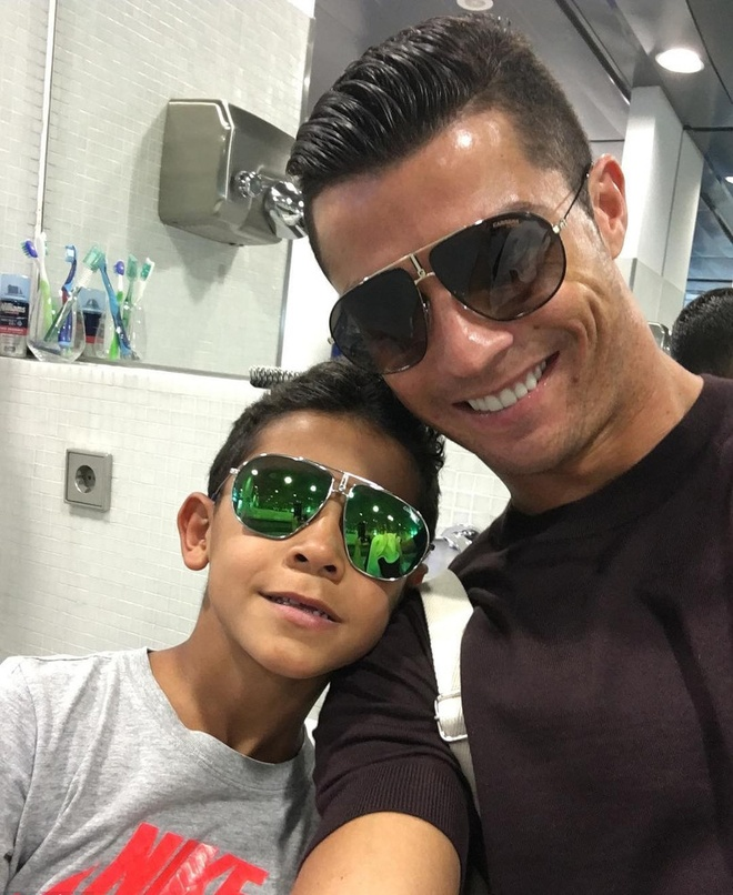 Nhung hinh anh Ronaldo the hien tinh yeu danh cho con hinh anh 3