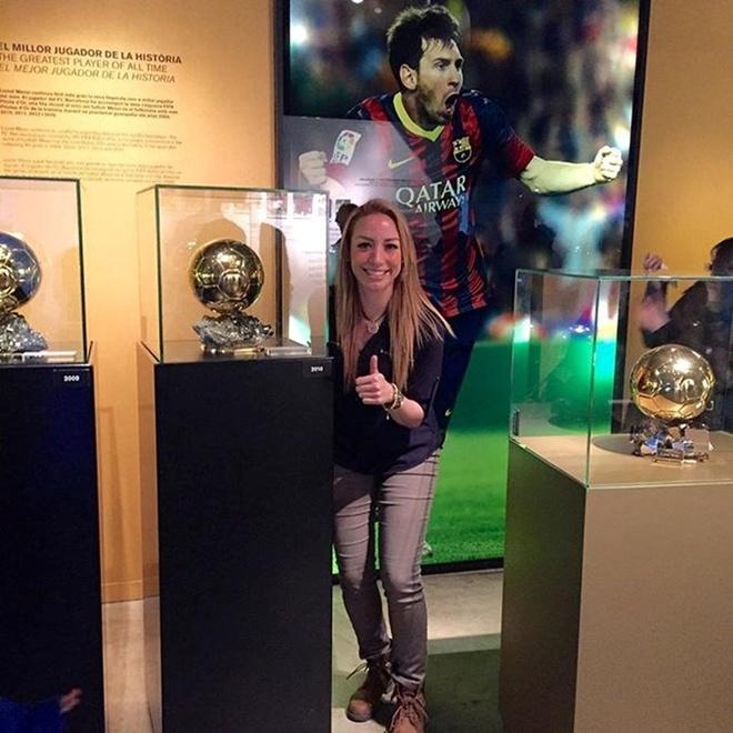 Nu co truong cua Ronaldo thich Barca, ham mo Messi hinh anh 5