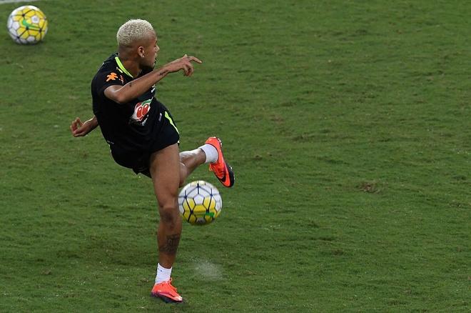 Neymar va dong doi thi nhau bieu dien ky thuat hinh anh 1