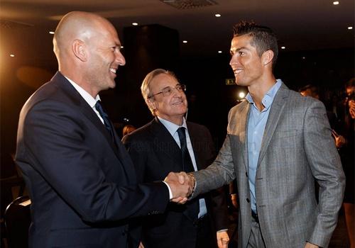 Ronaldo nhan giai cau thu hay nhat Champions League hinh anh