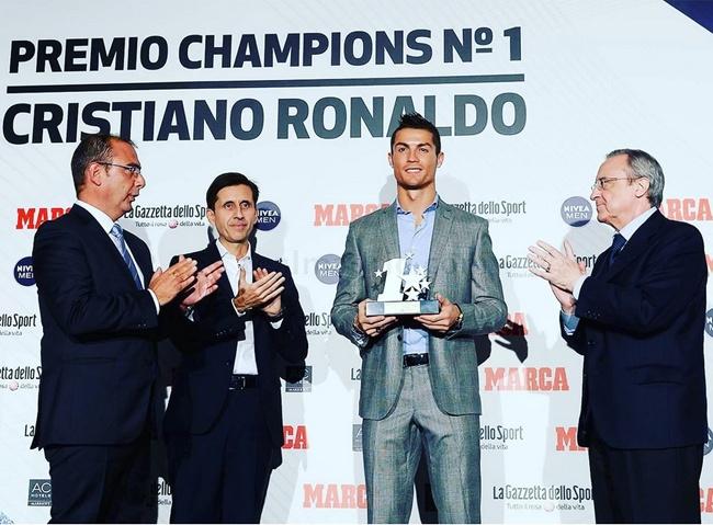 Ronaldo nhan giai cau thu hay nhat anh 1