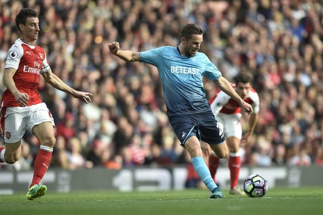Arsenal 3-2 Swansea: 'Phao thu' thang du choi thieu nguoi hinh anh 18