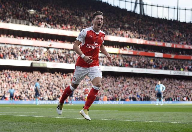 Arsenal 3-2 Swansea: 'Phao thu' thang du choi thieu nguoi hinh anh 22