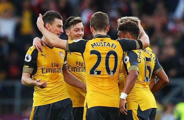 Arsenal 3-2 Swansea: 'Phao thu' thang du choi thieu nguoi hinh anh 2