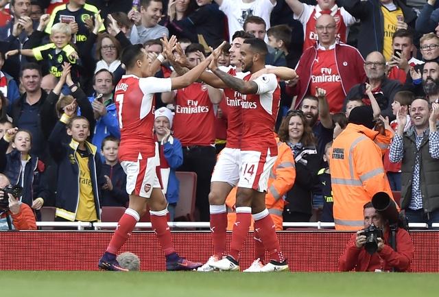 Arsenal 3-2 Swansea: 'Phao thu' thang du choi thieu nguoi hinh anh 17