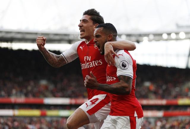 Arsenal 3-2 Swansea: 'Phao thu' thang du choi thieu nguoi hinh anh