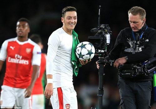 Oezil lap hat-trick, Arsenal len ngoi dau o Champions League hinh anh