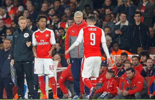 Giroud va Sanchez lap cu dup, Arsenal co tran thang 4-1 hinh anh 3