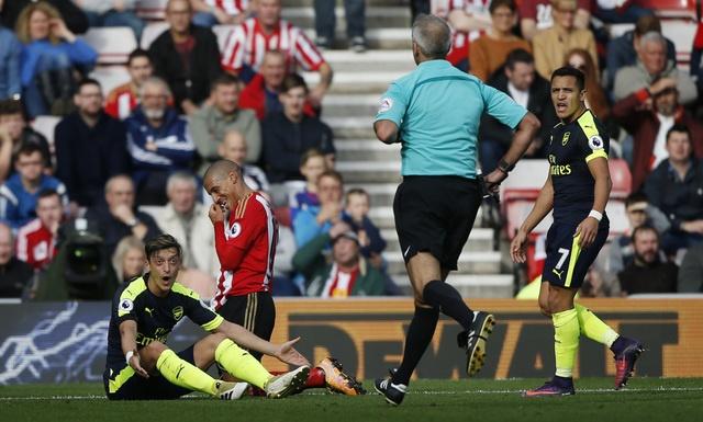 Giroud va Sanchez lap cu dup, Arsenal co tran thang 4-1 hinh anh 24