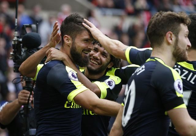 Giroud va Sanchez lap cu dup, Arsenal co tran thang 4-1 hinh anh