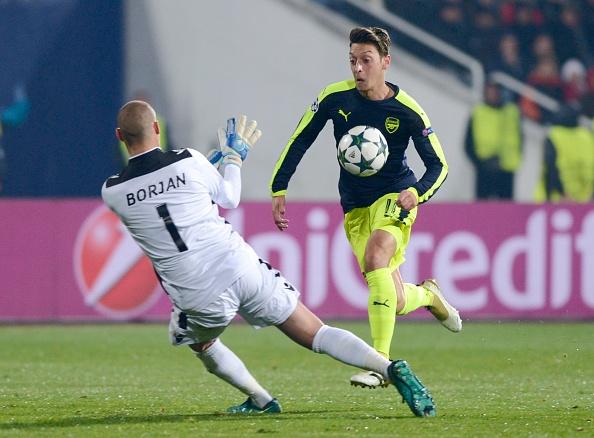 Mesut Oezil giup Arsene Wenger nhan ra sai lam hinh anh 1