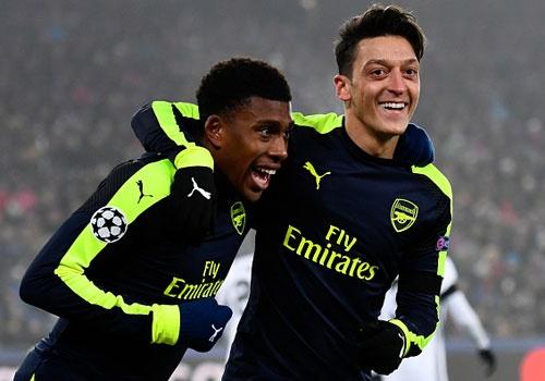 Thang tran cuoi 4-1, Arsenal dan dau bang o Champions League hinh anh