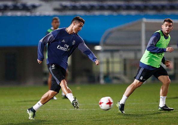 Ronaldo cuoi tuoi tren san tap anh 6